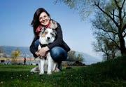 Im Brüggli spannt sie gerne aus: Nathaje mit ihrem Hund Letzi. (Bild: Stefan Kaiser, Zug, 15. April 2019)