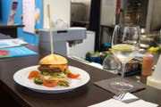 Einer der Luga-Renner ist der Burger mit Lamm und gegrilltem Gemüse. (Bild: PD)
