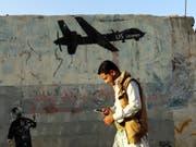 Protest-Graffiti in der jemenitischen Hauptstadt Sanaa gegen US-Drohnenangriffe. (Bild: KEYSTONE/EPA/YAHYA ARHAB)