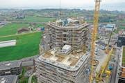 Auch das Dach auf 70 Metern Höhe wird begrünt, wie die Drohnenaufnahme zeigt. (Bild: PD/Zug Estates)