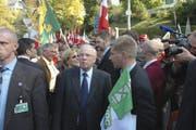 Christoph Blocher (Mitte), Silvia Blocher (hinter Blocher) und Toni Brunner (rechts) warten 2007 auf das Zeichen zum Marsch durch die Berner Altstadt. (Bild: Keystone)