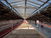 So gross wie ein Fussballfeld ist die Arbeitsbühne, von der aus die historischen Perronhallen im Bahnhof Basel SBB für 34 Millionen Franken saniert werden. (Bild: KEYSTONE/PATRICK STRAUB)