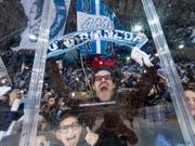 Ambri-Fans jubeln in der Valascia. 2021 soll der Umzug in das neue Stadion erfolgen (Bild: KEYSTONE/TI-PRESS/PABLO GIANINAZZI)