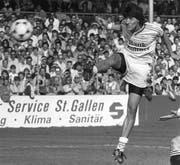 Der chilenische Weltklasse-Stürmer Ivan Zamorano, aufgenommen am 18. März 1990 in St. Gallen im Spiel gegen Lugano. Zamorano spielte von 1988 bis 1991 für den FC St.Gallen. (Bild: KEY)