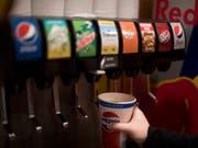 Der US-Konzern profitierte einmal mehr davon, dass er nicht nur Getränke im Angebot hat. (Bild: KEYSTONE/AP/JENNY KANE)