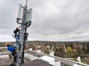 Montage einer 5G-Antenne in Chêne-Bougeries am 5. April im Kanton Genf. (Bild: KEYSTONE/MARTIAL TREZZINI)