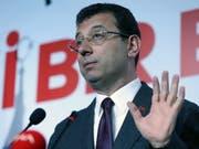 Ekrem Imamoglu, der Kandidat der grössten Oppositionspartei CHP, ist von der Wahlkommission zum Sieger der Bürgermeisterwahl in Istanbul erklärt worden. Das Mandat kann ihm aber wieder aberkannt werden, denn die Entscheidung über eine Wiederholung der Abstimmung steht noch aus. (Bild: KEYSTONE/EPA/ERDEM SAHIN)