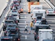 Wer den stehenden Autokolonnen an Ostern aus dem Weg gehen will, startet seine Reise in den Süden am besten bereits am Mittwoch. (Bild: KEYSTONE/URS FLUEELER)