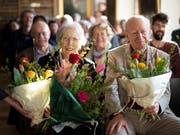 Die Schweizer Autorin Helen Meier sitzt neben Autor Franz Hohler, anlässlich einer Feier zu ihrem 90. Geburtstag am Mittwoch in Trogen. (Bild: KEYSTONE/GIAN EHRENZELLER)
