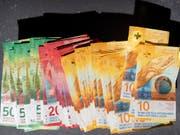 Die Schweizer Währung hat gegenüber dem Euro zuletzt klar an Wert verloren. (Bild: KEYSTONE/GAETAN BALLY)