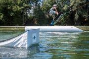 Wie hier in Kefikon sollen sich Wassersportler bald auch in Romanshorn mit dem Lift durchs Wasser ziehen lassen. (Bild: Reto Martin)