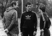 Er trainierte den FC St.Gallen in der ersten Hälfte der 80er-Jahre: Helmuth Johannsen (links), hier mit Ladislav Jurkemik (Mitte) und Zdenek Urban. (Bild: Keystone)