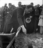 Hans Fischli bei der Grundsteinlegung in Trogen, 1946. (Bild: Theo Frey, Zürich)