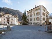 Die «Weisse Villa» (links) und das «Post Hotel Löwe» in Mulegns an der Julierstrecke. Sie sollen mit einem neuen Konzept gerettet werden. (Bild: KEYSTONE/GIAN EHRENZELLER)