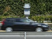 Ein Aargauer Sonderfall steht vor dem Ende: An einem Strassenknoten in Baden soll der erste stationäre Blitzer für Rotlicht- und Temposünder aufgestellt werden. (Bild: Keystone/JEAN-CHRISTOPHE BOTT)