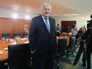 Der deutsche Innenminister Horst Seehofer (CSU) am Mittwoch beim Eintreffen zur Kabinettssitzung - das Kabinett billigte sein «Geordnete-Rückkehr-Gesetz». (Bild: KEYSTONE/EPA/ADAM BERRY)