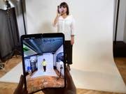 Samsung nimmt Falt-Handy wegen möglicher Mängel unter die Lupe. (Bild: KEYSTONE/AP/KELVIN CHAN)