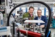 Schurter-Verwaltungsratspräsident Hans-Rudolf Schurter (links) und Ralph Müller, CEO der Schurter-Gruppe, in der Produktion in Luzern. (Bild: Philip Schmidli, 20. März 2018)