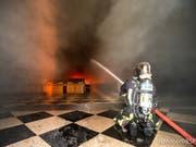 Pariser Feuerwehrmann im Einsatz im inneren der brennenden Kathedrale Notre-Dame. (Bild: KEYSTONE/EPA BSPP/BENOIT MOSER / BSPP / HANDOUT)