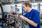 Ein Schurter-Mitarbeiter bei Montagearbeiten an einer Produktionsmaschine für Sicherungen. (Bild: Philipp Schmidli, Luzern, 20. März 2018)