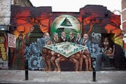 Eine Fotografie des antisemtischen Wandbilds ist derzeit im jüdischen Museum an der Ausstellung «Juden, Geld, Mythos» zu sehen – Labour-Vorsitzender Jeremy Corbin hatte sich 2012 mit dem Künstler solidarisiert. (Bild: Getty)