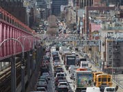 Die Stadt New York will das hohe Verkehrsaufkommen in Manhattan mit einer neuen Mautgebühr in den Griff bekommen - zusätzlich zu bereits bestehenden Abgaben. (Bild: KEYSTONE/AP/MARY ALTAFFER)