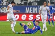 Wehrt sich gegen Basel mit allen Kärften: Silvan Sidler (Mitte). (Bild: Andy Müller/Freshfocus (Luzern, 30. März 2019))