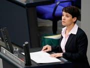 Die frühere AfD-Vorsitzende Frauke Petry muss wegen Falscheids 6000 Euro Geldstrafe zahlen. (Bild: KEYSTONE/EPA/ALEXANDER BECHER)
