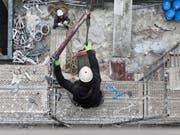 Die Gerüstbauarbeiter in der Schweiz erhalten mehr Lohn. (Bild: KEYSTONE/GAETAN BALLY)