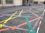 Die farbigen Linien auf dem Marktplatz gehören zu einem Spiel, das bald einmal Kinder erfreuen soll. (Bilder: Reto Voneschen - 2. April 2019)