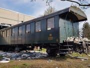 Die historischen Waggons wurden beim Zusammenstoss mit der Lokomotive durch die Wand der Depothalle in Buchs SG gestossen. (SBB) (Bild: SBB)