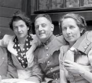 Margrit Knie (links) mit Fritz und Anneli Gantenbein im ehemaligen Hotel Bahnhof «Chez Fritz», Buchs. (Bild: Archiv Hansruedi Rohrer)