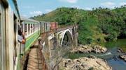 Auf der Eisenbahnlinie FCE (Fianarantsoa-Côte-Est Railway) verkehren Wagen, die aus der Schweiz stammen, unter anderem von der Brünigbahn, der Chemin de fer Yverdon-St.Croix und den Berner Oberland-Bahnen. (Bild: PD)