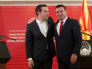 Der griechische Ministerpräsident Alexis Tsipras (links) und der Regierungschef von Nordmazedonien, Zoran Zaev, schlagen ein neues Kapitel in den Beziehungen der beiden Länder auf. (AP Photo/Boris Grdanoski) (Bild: KEYSTONE/AP/BORIS GRDANOSKI)