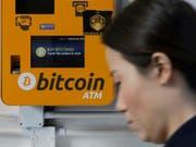 Der Preis für Bitcoins vollzieht am Dienstagmorgen einen regelrechten Höhenflug. Innerhalb einer Stunde schnellt die «Krypto-Leitwährung» um mehrere hundert Dollar nach oben und und damit auf den höchsten Stand seit November 2018. (Bild: KEYSTONE/AP/KIN CHEUNG)