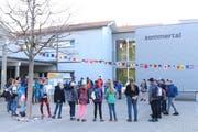 Ausserrhoder und jurassische Kinder erhalten vor einer gemeinsamen Wanderung Anweisungen durch eine Lehrperson. (Bild: Yann Lengacher)