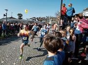 Läufer werden vom Publikum angefeuert. (Bild: Stefan Kaiser (24. März 2018))