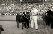 Karl Meli mit dem Lebendpreis für seinen Schwingerkönigstitel am Esaf 1961 in Zug. (Bild: PD)