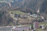 Eine Firma aus Herisau will den Abhang zwischen dem Spital Wattwil und der Iburg mit Terrassenhäusern überbauen. Das ehemalige Restaurant Iberg (Bildmitte) soll abgerissen werden. (Bild: Martin Knoepfel)