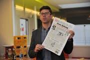 Jérôme Martinu (links), Chefredaktor der «Luzerner Zeitung», zeigt die erste von Bruno Arnold verantwortete Ausgabe der «Urner Zeitung» vom 1. Juli 1994. (Bild: Urs Hanhart, Altdorf, 1. April 2019)