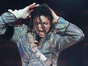 «Leaving Neverland» nun auch bei uns zu sehen: Die umstrittene Doku, in der US-Popstar Michael Jackson erneut des Kindesmissbrauchs beschuldigt wird, läuft am Samstag auf ProSieben. (Bild: Keystone/DPA Zentralbild/BERND SETTNIK)