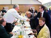 Der neue Präsident der SVP des Kantons Zürich, Patrick Walder, rechts, an der Delegiertenversammlung in Zürich-Oerlikon. (Bild: KEYSTONE/ENNIO LEANZA)