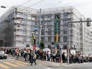 Bei der Besichtigung von Wohnungen bilden sich teilweise gigantische Schlangen von Wohnungssuchenden. Im März sind die Angebotsmieten für Wohnungen gestiegen. (Bild: KEYSTONE/WALTER BIERI)