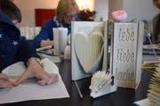Aus gebrauchten Büchern kleine Kunstwerke machen statt sie wegzuwerfen: Das lernte man im ersten Workshop der Green Week. Bilder: Nicola Ryser