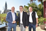 Roger Martin (Mitte) mit zwei, die ihn unterstützt haben: Links ist Roland Hugentobler, der Sprecher der Findungskommission, und rechts SVP-Vorstandsmitglied Urs Köppel, der Sprecher des Wahlkomitees. (Bild: PD)
