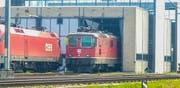 Wieso die Lokomotive ins Tor gefahren ist, wird nun von den Behörden abgeklärt. (Bild: BRK News)