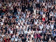 Die Zuschauer in der St. Jakobshalle sorgen für Stimmung. (Bild: KEYSTONE/ALEXANDRA WEY)