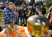 Kirchenverwaltungsrat Rodolfo Letti erklärt das Vorgehen beim Vergolden der Kugel. (Bild: PD)