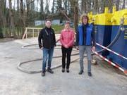 Projektleiter Ralf Rosenstiel, Denise Baumann, Leiterin Finanzen, und Werkleiter René Meier bei den Wassercontainern an der Kieswerkstrasse.
