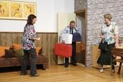 Die Tante von Beatrice Lustenberger (links), Flora Jolibeau (rechts) kommt zu Besuch und Herbert Lustenberger (Mitte) wird als Gepäckträger eingesetzt. (Bild: Ruedy Waser)